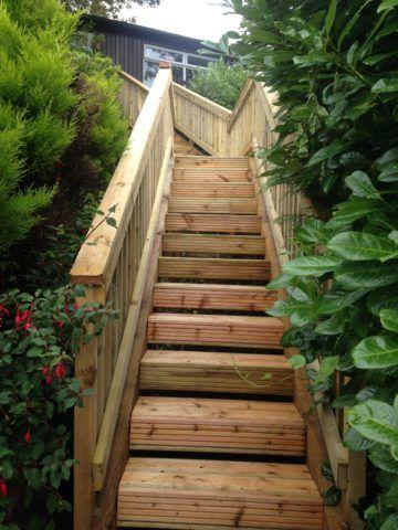 Лестница на склоне из дерева