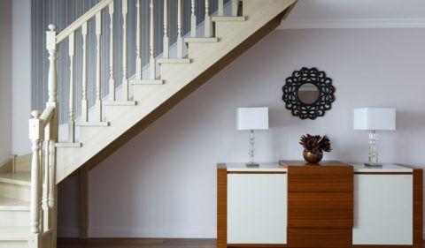 Лестницы деревянные внутриквартирные в светлых тонах