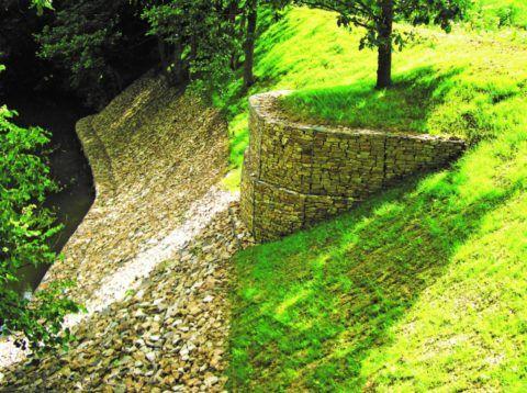 Металлическая сетка, наполненная камнями