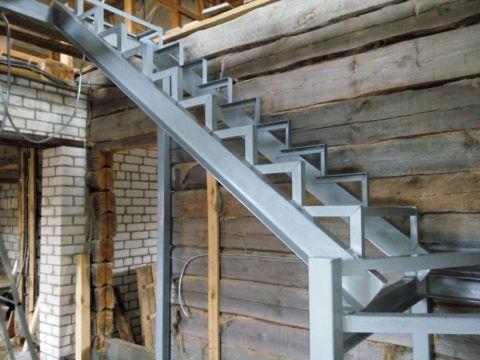 Металлический каркас лестницы из швеллера и уголка