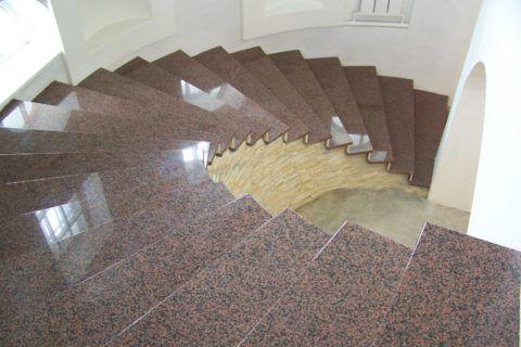 Наружная плитка для лестницы из гранита считается одной из самых долговечных