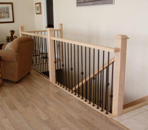 Перила лестницы укреплены посередине вертикальным столбом
