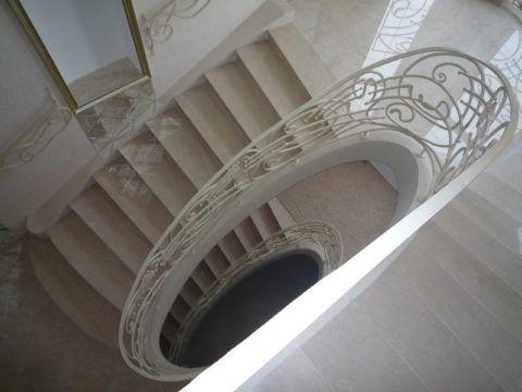 Пластичность раствора позволяет создавать лестницы самых замысловатых форм