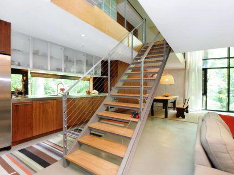 Простая, удобная и красивая металлическая лестница прямо посреди кухни