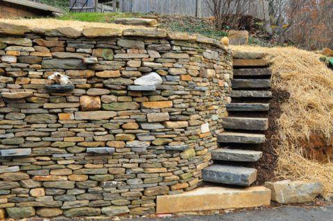Склон укреплен камнями, а лестница имеет ступени, высеченные из цельных кусков горных пород