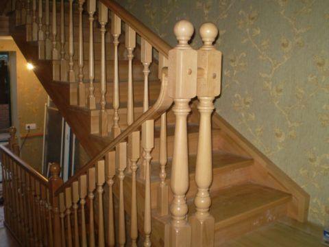 Столбики для перил лестницы должны быть закреплены очень прочно