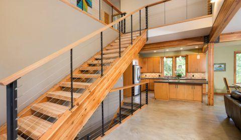 Тонировка лестницы под цвет балок и мебели
