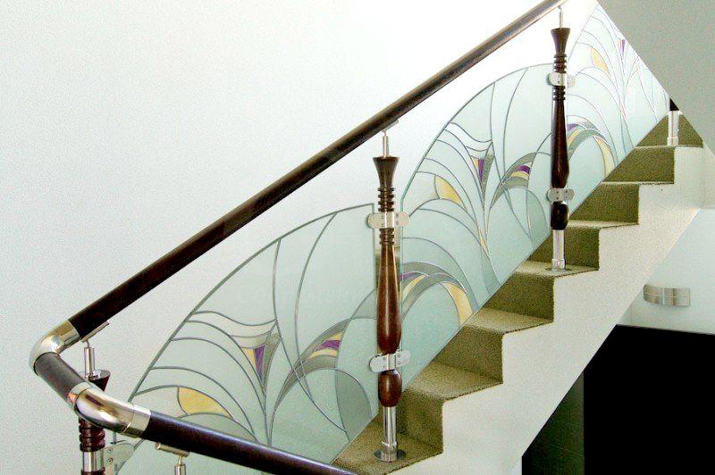 Витраж из цветного стекла в качестве лестничного ограждения