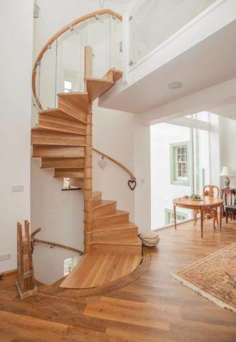 Закрытая винтовая лестница со сплошным ограждением будет намного безопаснее