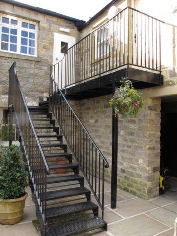 Железные лестницы на 2 этаж часто располагаются снаружи
