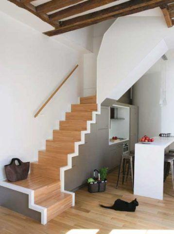 Зона готовки под лестницей