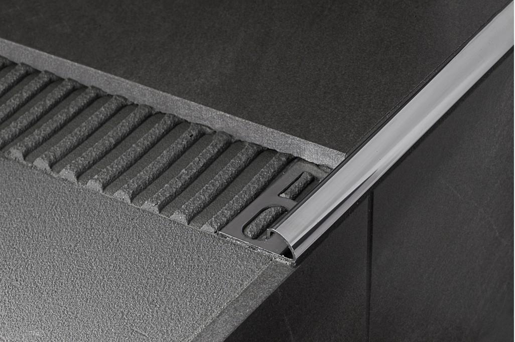 Отделка края ступени бетонной лестницы, облицованной плиткой