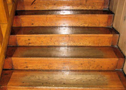Изношенные ступени деревянной конструкции