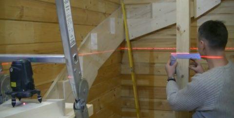 Как построить лестницу на второй этаж своими руками: выставление столба и его разметка