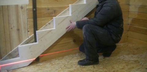 Как закрепить лестницу на второй этаж: установки пристенного косоура