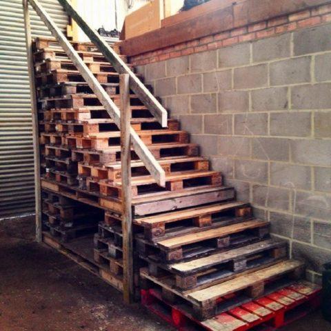 Лестница из строительных поддонов