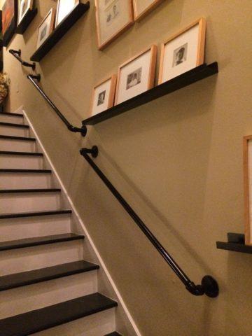 Лестница с поручнем на стене