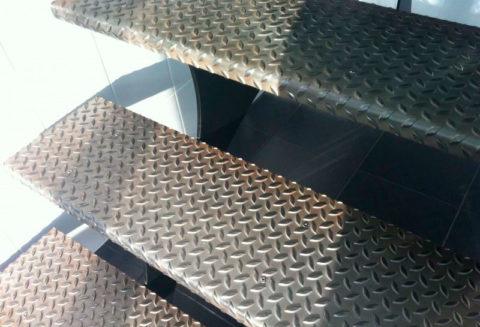 Лестница со ступенями из рифленого металла