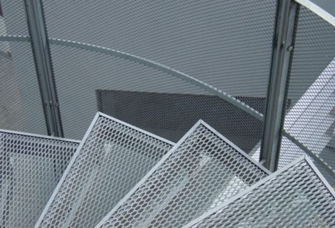 Металлическая сетка для ступеней лестницы