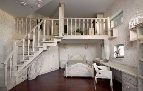 На фото - забежная лестница в доме со вторым светом