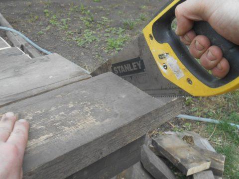На стройплощадке всегда найдутся обрезки досок для изготовления временной лестницы