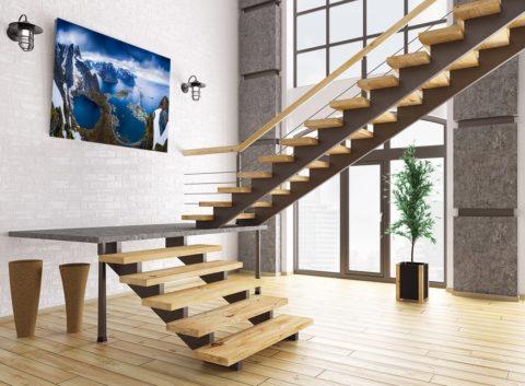 Нестандартная лестница в просторном интерьере