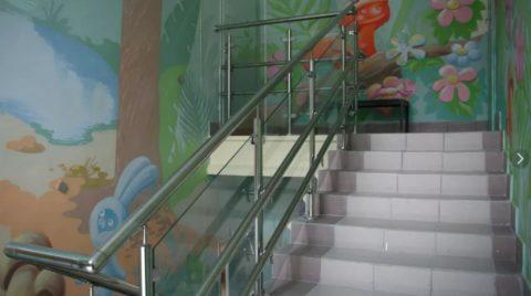 Ограждение лестницы для детского сада