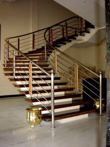 Перила: поручни и ограждения для лестниц металлические с закругленными элементами