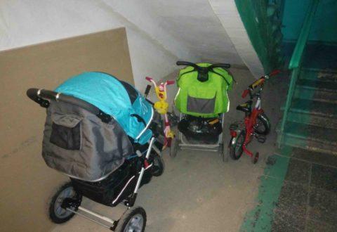 Хранение колясок на первом этаже здания