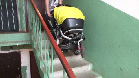 Как поднимать коляску по лестнице
