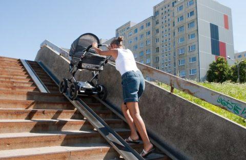 Коляска по лестнице, расположенной на улице