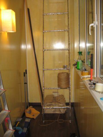 Лестница на застекленной лоджии