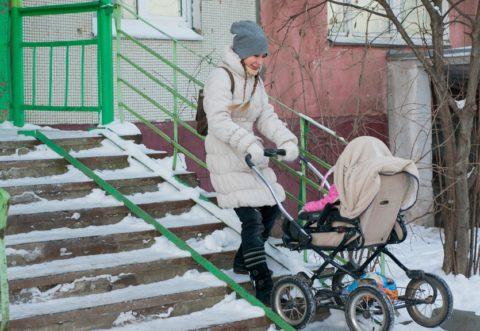 Полозья на лестнице, решающие проблему, как спускаться по лестнице с коляской