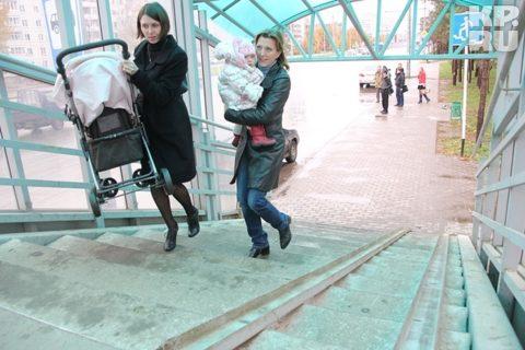 Помощник в проблеме, как по лестнице поднять детскую коляску