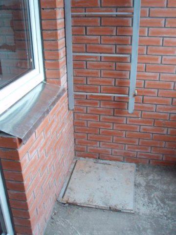 Пожарный выход на балконе