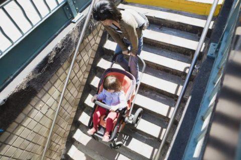 Спуск детской коляски по ступеням