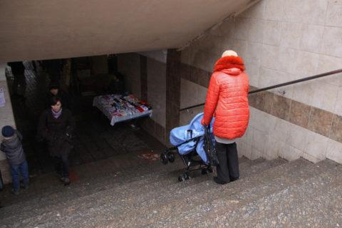 Спускающаяся детская коляска по лестнице