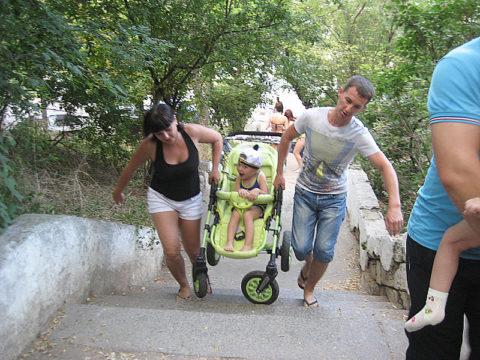 Транспортировка малыша по лестнице