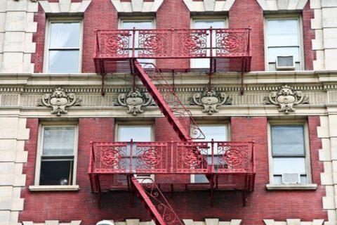 Установленные на балконах пожарные лестничные конструкции