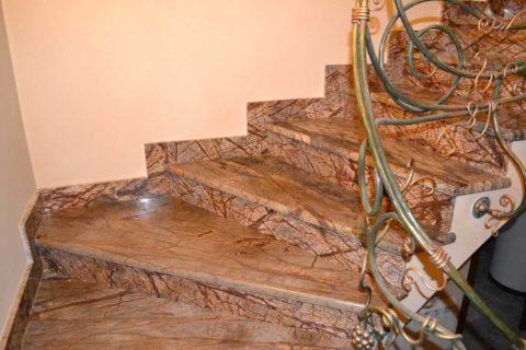 Внутренняя лестница из мрамора