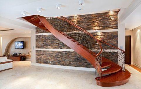 Деревянная лестница с опорой на тетивы