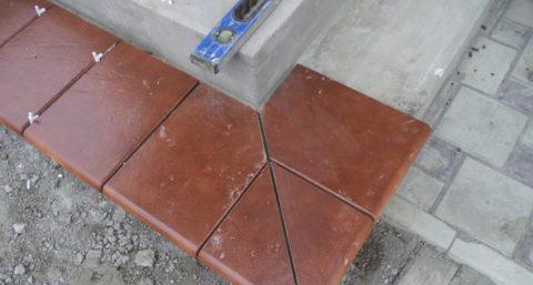 Для раскроя плитка примеряется на ступени без клея
