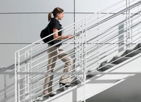 Если есть перила, ходить по лестнице комфортно даже на каблуках