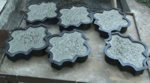 Формы с бетоном на вибростоле