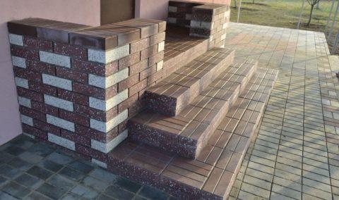 Красивое крыльцо, облицованное бетонной плиткой