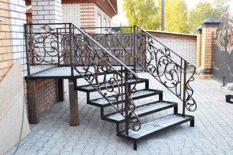 Крыльцо с металлическими ступенями