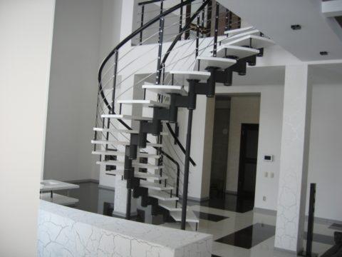 Лестница металлическая на второй этаж поворотная