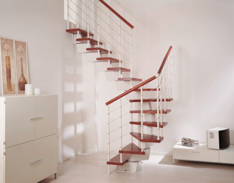 Лестница на второй этаж из металла – прямоугольная разновидность литых модулей