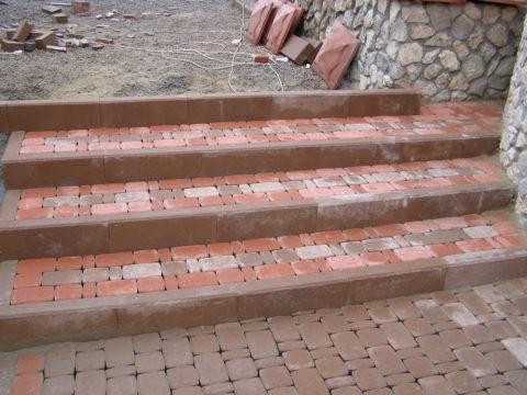 Лестница с бетонными бордюрами