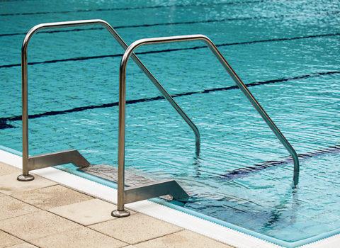 Лестница в плавательном бассейне